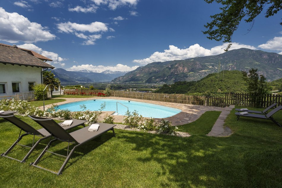 Hotel vicino bolzano con piscina sporthotel ad appiano - Giardino con piscina esterna ...